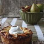 Творожный мини-пирог с грушами, лавандовым медом и сметанным кремом…