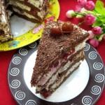 Торт шоколадный с вишнями и сливочным кремом