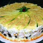 Слоеный закусочный торт с копчёной курицей, черносливом и шампиньонами …
