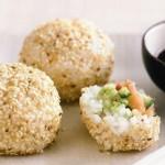 Рисовые шарики с лососем и авокадо