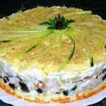 Слоеный закусочный торт с копчёной курицей, черносливом и шампиньонами…