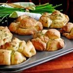 Красивые пряные булочки к борщу или бульону