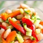 Простой овощной салат с фасолью