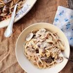 Лингвини с грибами, луком-пореем и беконом