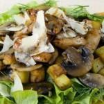 Теплый салат с курицей и картофелем