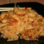 Филе индейки с рисовой лапшой, овощами и соусом терияки