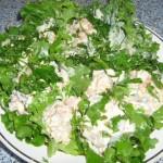 Закусочный салат на зелёных листьях