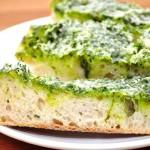 Чесночный хлеб со сливочным маслом и базиликом