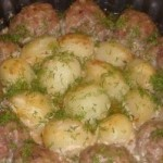 Котлетки с картошкой в сметанно-томатном соусе!