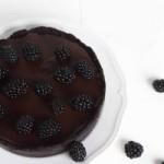 Простой шоколадный торт с ежевикой без выпечки