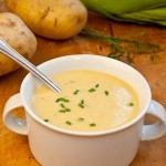 Кремовый суп из картофеля и лука-порея можно подавать как холодным, так и горячим.