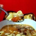 Итальянский говяжий суп с пастой, колбасой и моцареллой