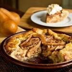 Сельский грушевый пирог со специями под взбитыми сливками