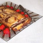 Воздушный мраморный пирог с клубничным соусом