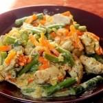 Курица со стручковой фасолью и овощами в сливочном соусе