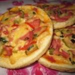 Лепешки творожные с сыром, колбасой и маринованным огурцом
