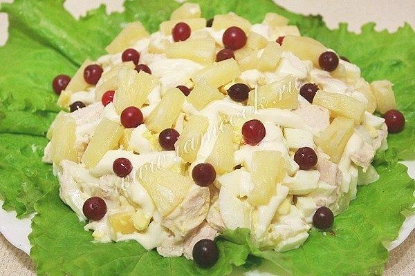 Салат с сыром и курицей и ананасом рецепт с фото