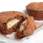 Шоколадные маффины с заварным кремом.